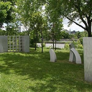 René Taillefer,  TOHU-BOHU, 2006. Aluminium brossé. 180 x 1420 x 610 cm. Piste cyclable de la Rivière St-Charles, Québec. Photo : Richard St-Marie.