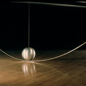 Ariane Thézé, Tranche de vie, 2002. Bronze, marbre, métal. 8 x 11 x 110 cm. Photo avec l'aimable autorisation de l'artiste.