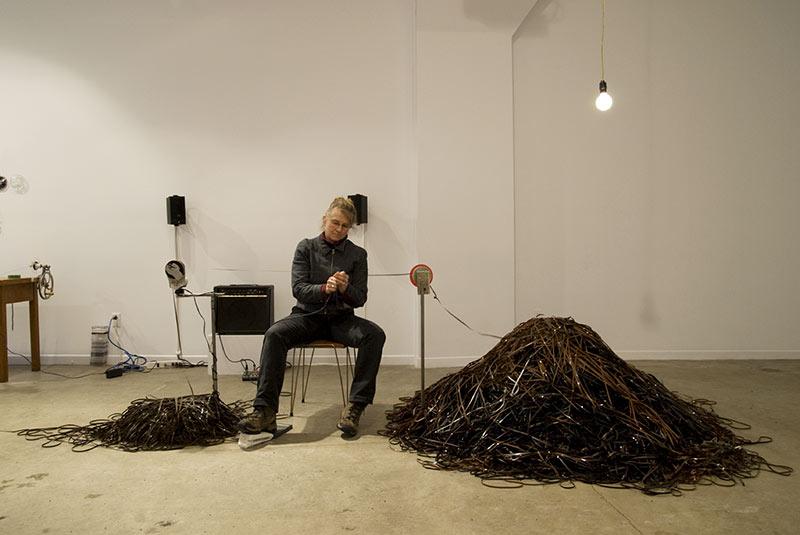 Karen Trask,  Cette nuit, Défaire, 2008. Installation -performance, bandes magnétiques audio, tête de lecture modifiée (magnétophone) hauts-parleurs, et moteur de machine à coudre, lumière suspendue. Photo : Paul Litherland.