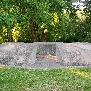 Michèle Tremblay-Gillon,  Labyrinthide,  1995. Béton armaturé, bois, ciment de finition et teinture. 884 m x 609 cm. Photo: Alexandre Nunes.