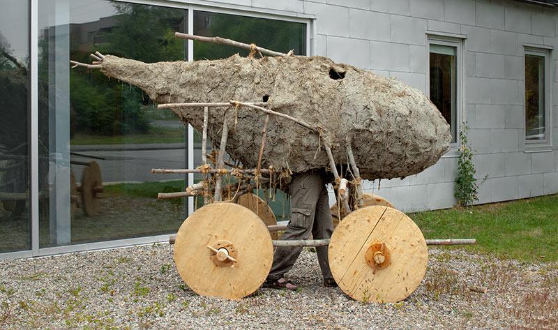 Christopher Varady-Szabo  Le Bison de l'espace,  2013.  Branches, corde, terre, paille, bois. 213 x 190 x 345 cm. Photo:  Justin Wonnacott.