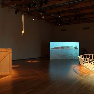 Jean-Yves Vigneau,  Autopsie du corps-mort, 2012-14. Caisse et bateau en bois, palan, écran de 2,5 x 4,5 mètres fait de 180 petites toiles, projection vidéo et bande sonore. Photo avec l'aimable autorisation de l'artiste.