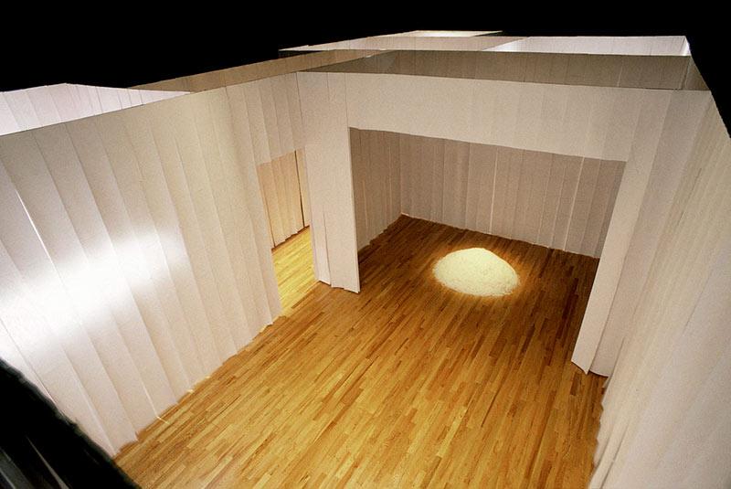 Sarla Voyer,  La maison fantôme,  2002. Papier blanc, broches, plumes d'oie, papier vélin, photographie. 310 x 671 x 122 cm. Photo : Martine Doyon.