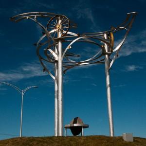 Carole Wagner, Expansion,  2011. Aluminium, aluminium anodisé, matériau composite, base de béton. 620 x 640 cm. Photo : Daniel Rompré.