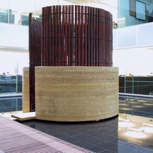 Irene F. Whittome, Yama,2002. Bambou, acier, corde noire tresse a la main pise. 335 x 335 cm. Photo avec l'aimable autorisation de l'artiste.